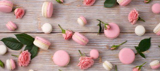 Kompozycja cukierków na stole
