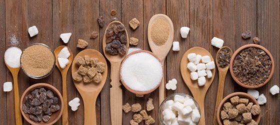 cukier biały, brązowy. Kostki cukru na łyżkach