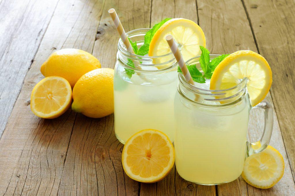 Słodka lemoniada z cytryny oraz kostki lodu