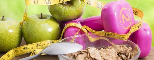 Mierzenie cukru na tle jabłek oraz ciężarków