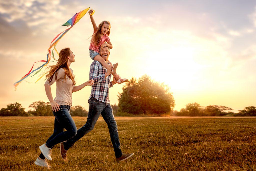 Energiczna rodzina puszcza latawiec.