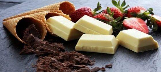 Lody, czekolada oraz truskawki