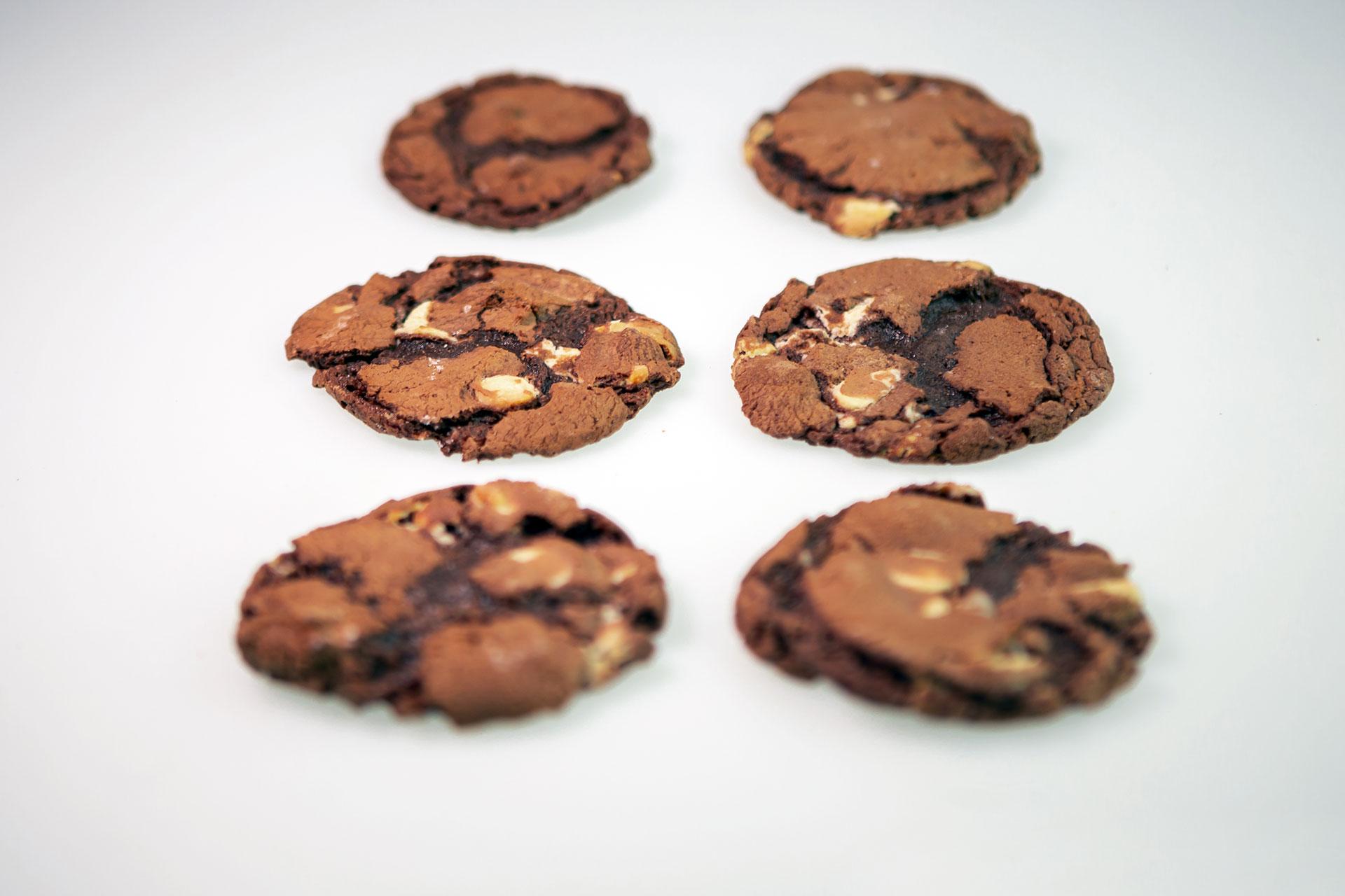 Kruche czekoladowe ciasteczka z orzechami (bezglutenowe)